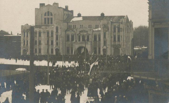Den 23. februar 1918 ble det offentlig opplest fra balkongen på Endla teater i Pärnu.