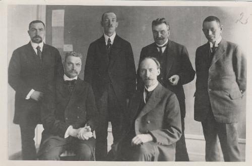 Teadaolevalt kõige vanem välisdelegatsiooni foto. Foto on tehtud aastatel 1918–1919. Vasakult: Ants Piip, Mihkel Martna, Karl Robert Pusta, Jaan Tõnisson, Karl Menning, Eduard Virgo. Foto: Rahvusarhiiv