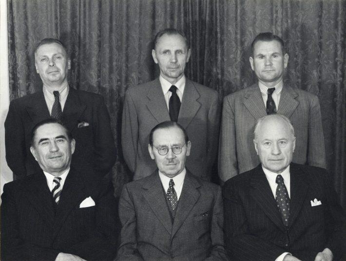 Pildil 1953. aasta Eesti eksiilvalitsus. Istuvad vasakult Johannes Sikkar, August Rei, Aleksander Warma ning taga seisavad Mihkel Truusööt, Tõnis Kint, Heinrich Mark. Foto: Rahvusarhiiv, ERA.4962.1.46.80