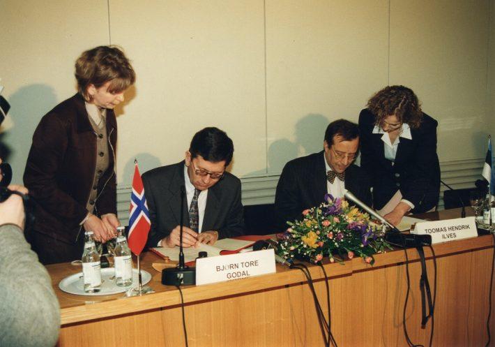 Eesti ja Norra vahelise kokkuleppe isikute tagasivõtmisest allkirjastamine välisministeeriumis, 14. jaanuar 1997. Foto: välisministeeriumi arhiiv