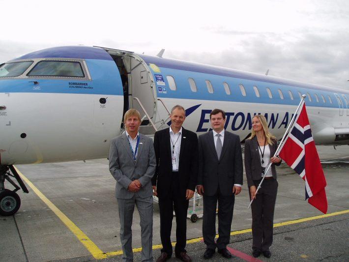 Den 5. september 2011 ble flyruten mellom Tallinn og Trondheim høytidelig åpnet. På bildet ønskes Estonian Air-flyet velkommen av Arti Hilpus (tredje fra venstre), Estlands ambassadør i årene 2008-2012. Foto: Estlands representasjon i Oslo
