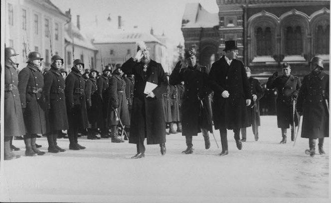 Norges ambassadør Johan Fredrik Winter Jakhelln ankommer Toompea slott for å overlevere Estlands statsoverhode Jaan Tõnisson sine akkreditiver. Foto: Estlands nasjonalarkiv, EFA.227.0.39770