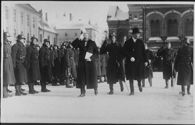 Norra suursaadik Johan Fredrik Winter Jakhelln saabub Toompea lossi, et anda üle volikirjad riigivanem Jaan Tõnissonile. Foto: Rahvusarhiiv, EFA.227.0.39770
