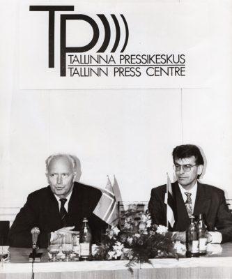 Pärast kohtumisi kinnitasid pressikonverentsil Norra välisminister Thorvald Stoltenberg ja Eesti välisminister Jaan Manitski kindlat soovi kahepoolseid suhteid mitmekülgselt edasi arendada. Foto: välisministeeriumi arhiiv