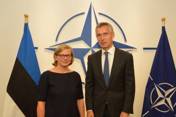 Estlands NATO-ambassadør Kyllike Elling-Sillaste og NATOs generalsekretær, Norges tidligere statsminister Jens Stoltenberg i 2017. Foto: Utenriksdepartementet