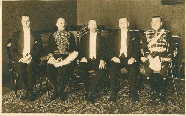 Pildil suursaadik Johan Fredrik Winter Jakhelln (vasakult teine) volikirjade üleandmisel riigivanem Jaan Tõnissoni (vasakult kolmas) juures. Foto: Rahvusarhiiv, ERA.1627.1.118.11.